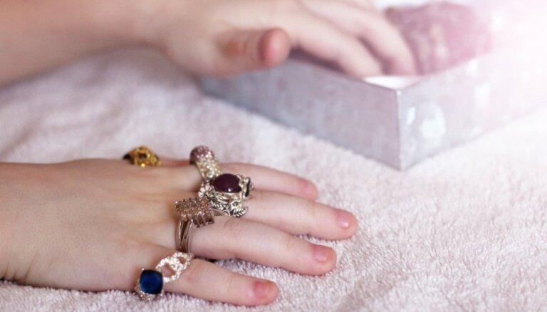 Ugunsdzēsēji atbrīvo meitenītes pirkstu no gredzena