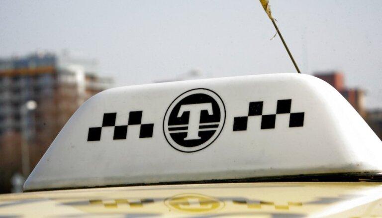 Латвийский профсоюз таксистов призовет ввести для водителей такси патентную плату