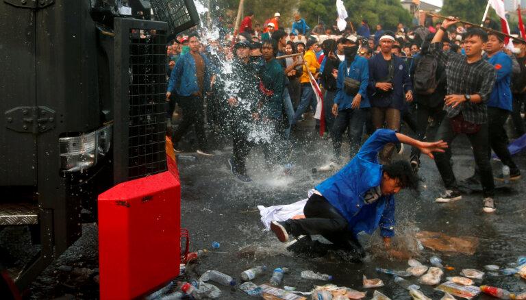 Indonēzijā studentu protesti pret kriminālkodeksa reformu pāraug vardarbībā