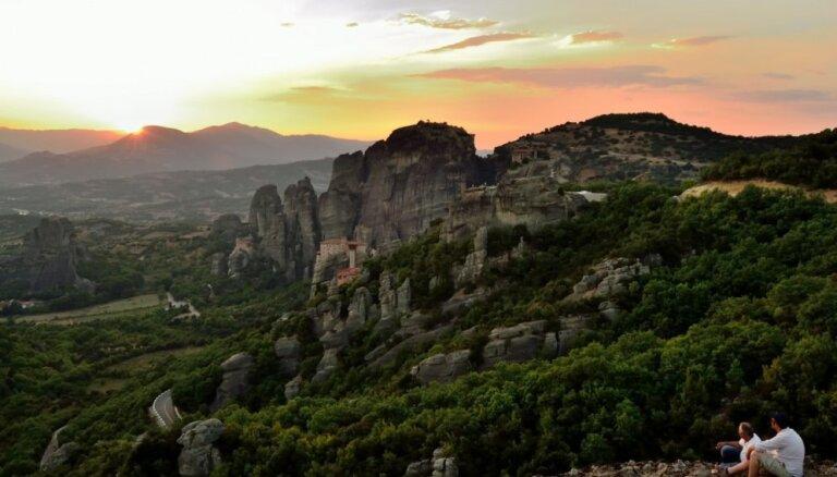"""Одно из самых красивых мест в мире: греческие Метеоры с """"парящими"""" в небе монастырями"""