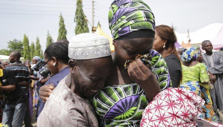 Foto: No 'Boko Haram' gūsta Nigērijā atbrīvotas 82 meitenes