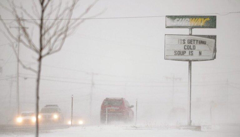 3 пакетика острого соуса за 5 суток на двоих: в США спасли угодившего в снежный плен мужчину с собакой