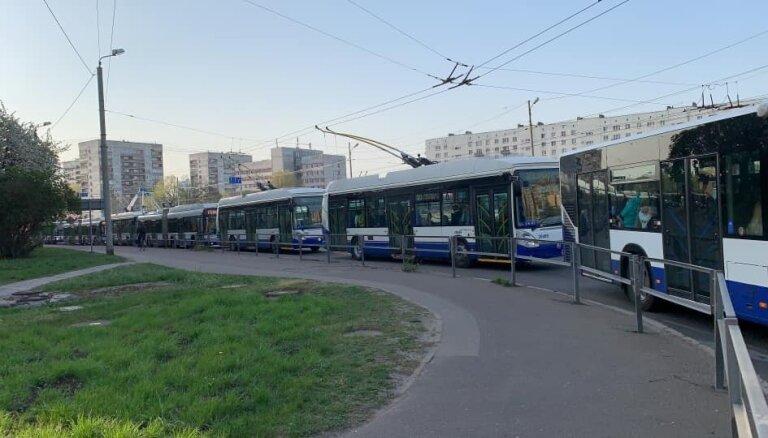 Foto: Piektdienas rītā izveidojies sabiedriskā transporta sastrēgums Purvciemā