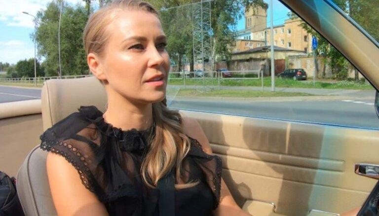 Video: Madara Biedriņa lepni izrāda savu 'Mercedes' kabrioletu