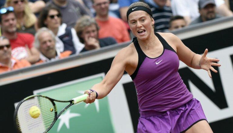 Ostapenko Sinsinati WTA 'Premier' turnīra otrajā kārtā zaudē čehietei Karolīnai Plīškovai