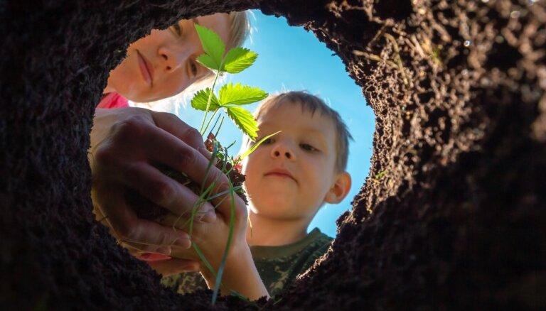 Audžuģimene, adopcija, viesģimene, brīvprātīgo darbs: kā iesaistīties grūtībās nonākušu bērnu atbalstā