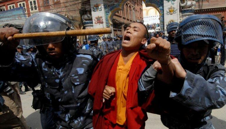 Tibetiešu studenti protestē pret savu valodu noniecinošu grāmatu