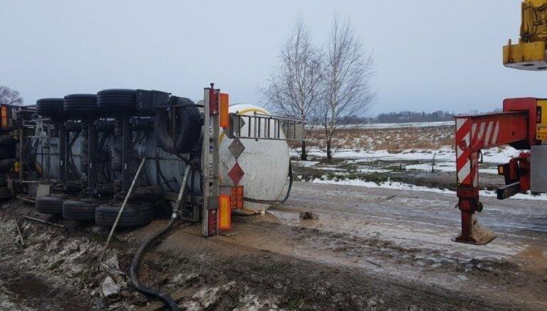 На Via Baltica перевернулся латвийский тягач с ядовитым грузом
