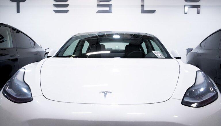 'Tesla' ceturkšņa peļņa pirmo reizi pārsniegusi miljardu dolāru