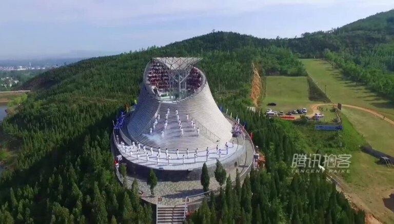 Video: 'Aerodium' atver lidošanas templi pie Šaoliņas klostera
