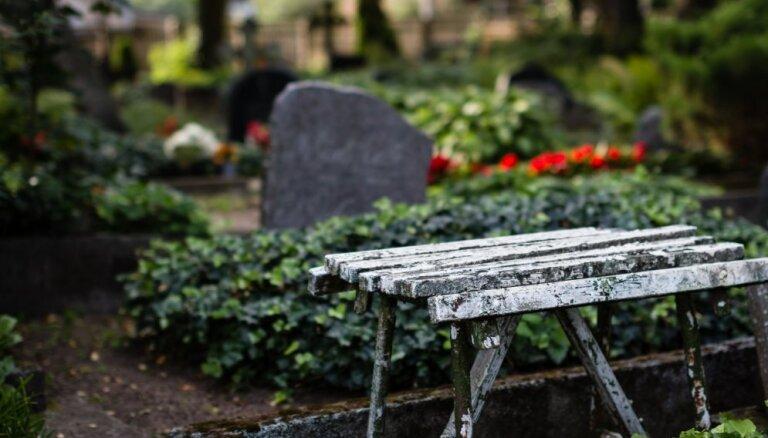 Raidījums: pašvaldības uz laiku ieviesušas ierobežojumus kapa vietu ierādīšanas kārtībā
