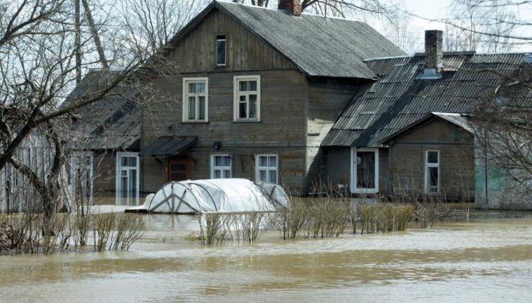 Māju viļņošanās pavasara plūdos: kas jāzina īpašniekiem, ja ēkas atrodas bīstamā vietā