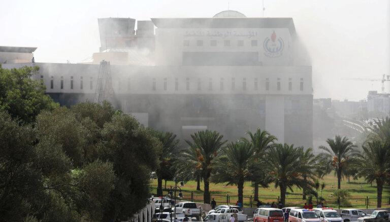 Lībijā kaujinieki uzbrūk naftas korporācijas centrālajai mītnei
