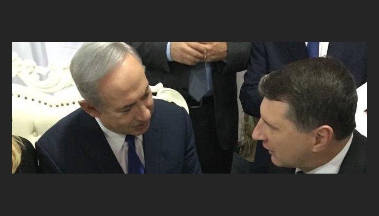 Foto: Vējonis ar Izraēlas prezidentu un premjeru piemin mūžībā aizgājušo Peresu