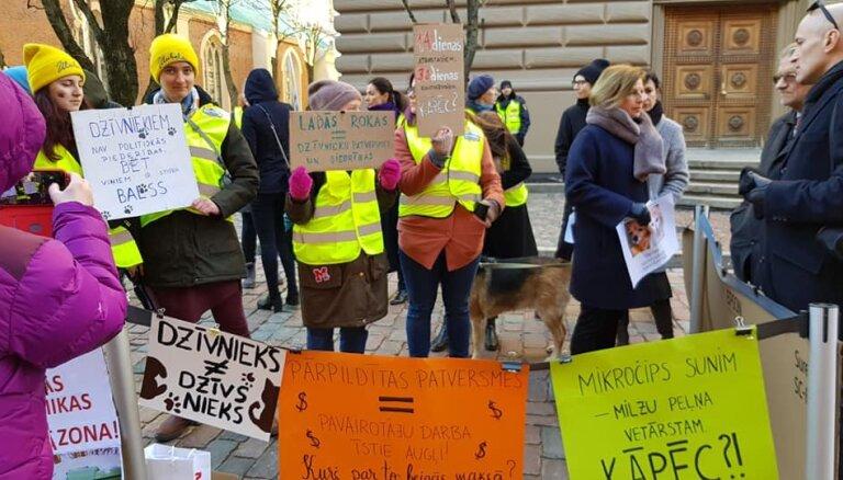 Piketā pie Saeimas cilvēki iestājas pret dzīvnieku aizsardzības jomas nesakārtotību Latvijā