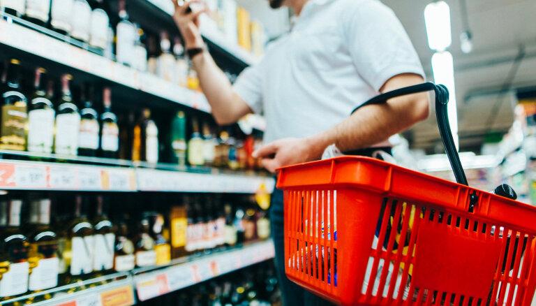 Akcīzes samazināšana alkoholam: budžets iegūs, jaunatne nodzersies