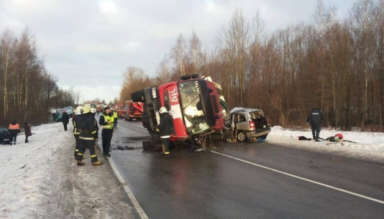 Ugunsdzēsēju tiesās par traģisko VUGD dienesta auto avāriju pie Ķeguma