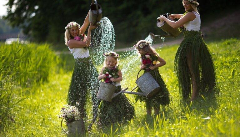 Foto: Līksmas mammas un meitas krāšņās jāņuzāļu kleitās