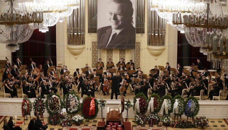 Foto: Sanktpēterburgas filharmonijā atvadās no izcilā diriģenta Marisa Jansona