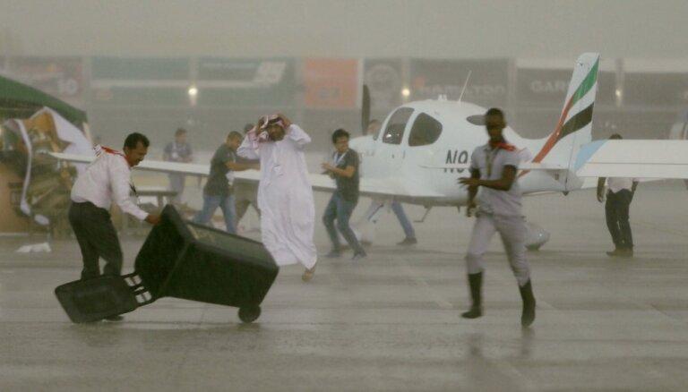 Video: Tuksneša paradīzi Apvienotos Arābu Emirātus plosa grandioza vētra un plūdi