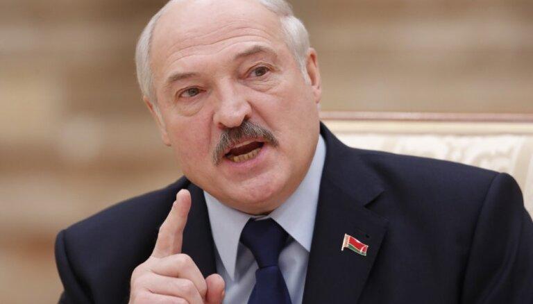 Slēgtā sēdē Lukašenko solījis 'līdz galam stāvēt par neatkarību' no Krievijas, vēsta medijs