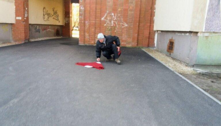 Garnadži nočiepj Latvijas karogu; policija noraida pārmetumus par zagļu nenotveršanu
