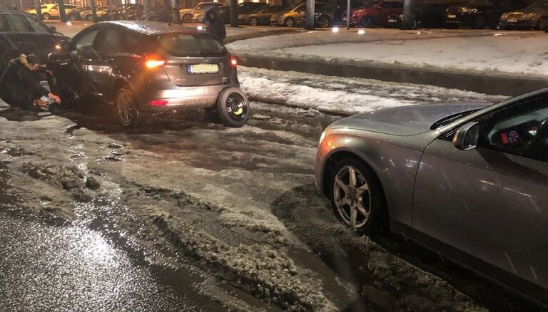 Департамент сообщения Рижской думы: из-за погоды ямы на дорогах образуются за несколько часов