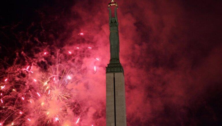 Uguņošana un pilsēta īpašā rotā – iemūžini, kā Latvijā svin simtgadi!