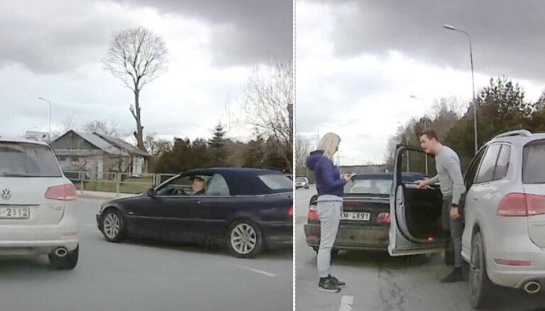 ВИДЕО: Разборки владелицы BMW и водителя внедорожника в Риге