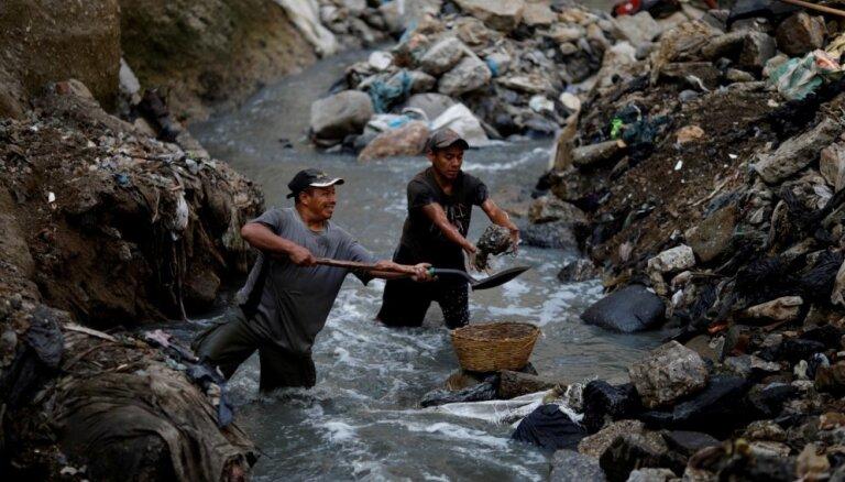 Foto: Smakojoša notekūdeņu upe zaņķainos atkritumu krastos Gvatemalā