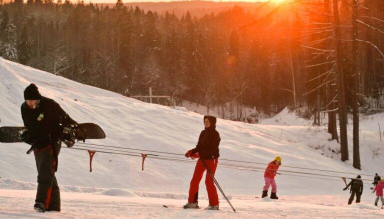 Izmantojot pagājušās ziemas sniegu, šonedēļ atklās slēpošanas sezonu Žagarkalnā