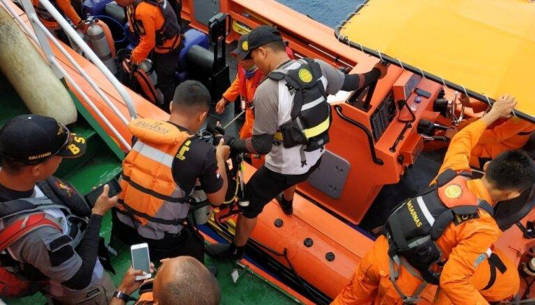 Indonēzijas glābēji varētu būt atraduši avarējušās pasažieru lidmašīnas fizelāžu