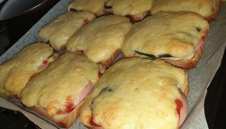 Pikantās siera karstmaizes ar desu un marinētiem gurķīšiem