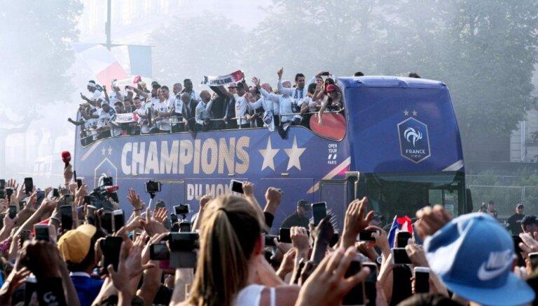 Foto: 300 000 fanu Elizejas laukos sagaida savus varoņus – Francijas futbolistus