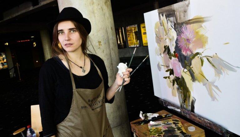 Foto: Pazīstami mākslinieki glezno darbus par tēmu 'Skolotājs'