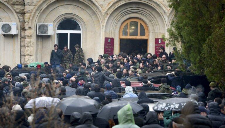 Митингующие штурмовали администрацию президента Абхазии. Они оспаривают результаты выборов