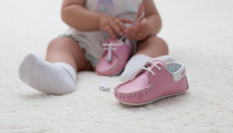 Kas jāņem vērā, izvēloties pirmos apavus bērnam