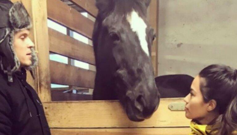 Štrombergs ar mīļoto Natašu Latvijā viesojas zirgu stallī