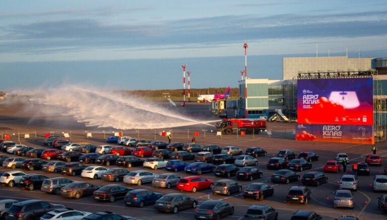 ФОТО. После отмены полетов Вильнюсский аэропорт стал автокинотеатром
