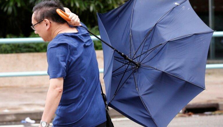 Foto: Honkongu un Ķīnas dienvidus posta taifūns 'Nida'