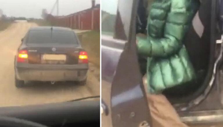 Video: Saeimas deputāts aptur, iespējams, reibumā braucošu autovadītāju