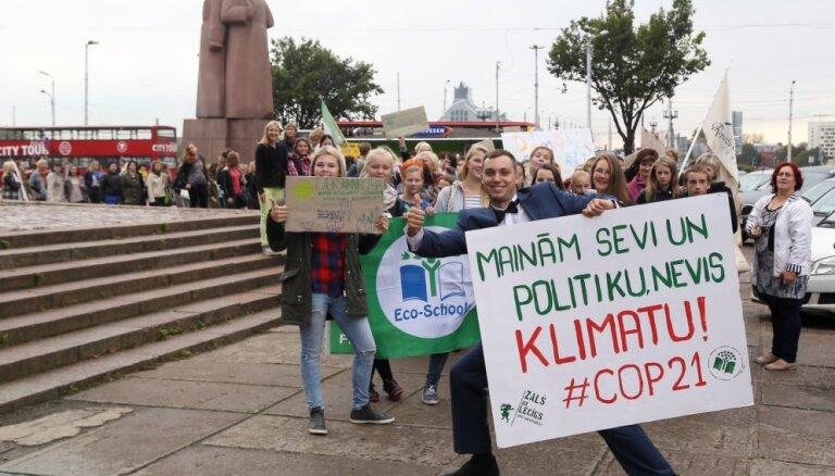 Foto: 'zaļi domājošie' jaunieši gājienā mudina domāt par klimata pārmaiņām