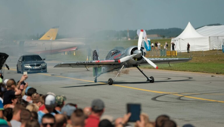 Foto: Tukuma lidlaukā aizvadīts Baltijā lielākais aviošovs