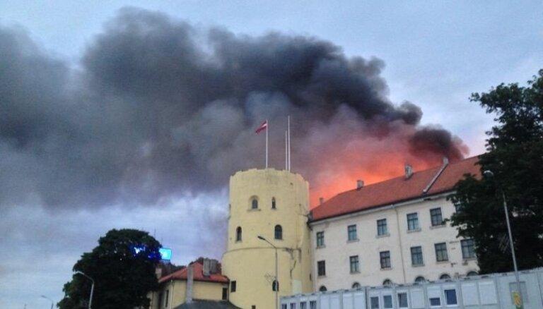 Apdrošināšanas kompānija nemaksā atlīdzību par ugunsgrēkā cietušo Rīgas pili