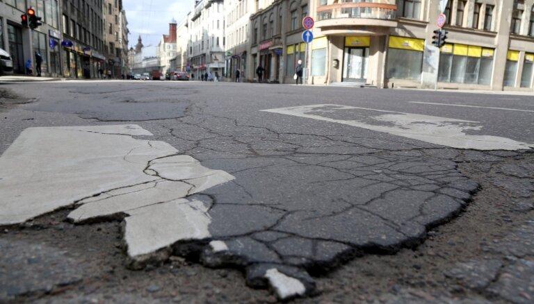 Rīgas dome Aleksandra Čaka ielas seguma atjaunošanu šogad varētu arī neuzsākt