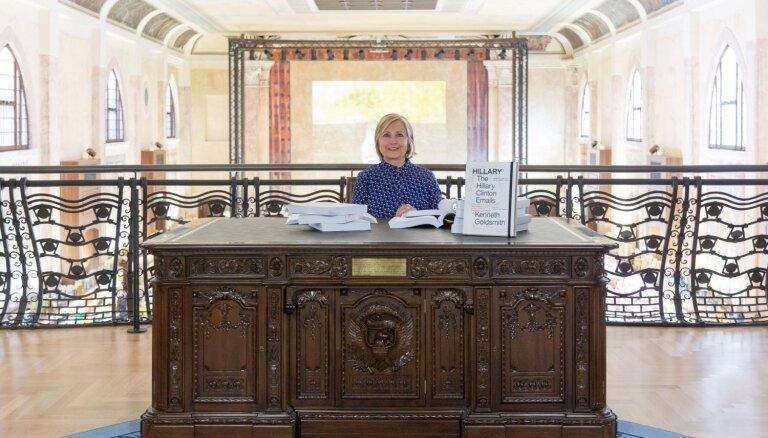 Foto: Hilarija Klintone Venēcijā apmeklē viņas e-pastu sāgai veltītu izstādi