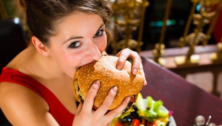 Супермодели накинулись на бургеры и алкоголь после шоу Victoria's Secret