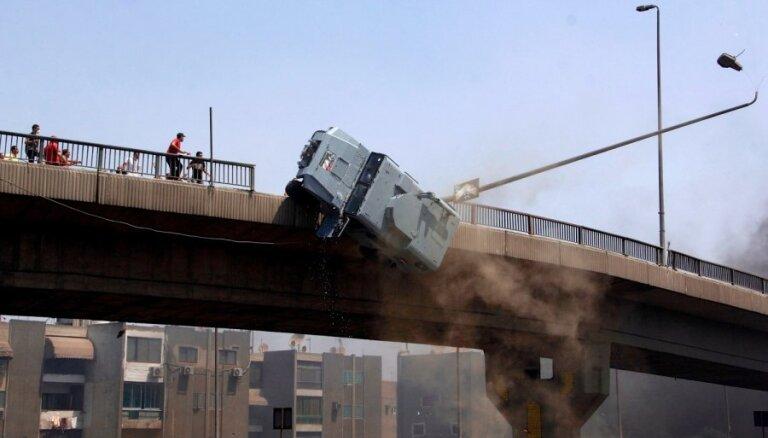 Video: Ēģiptes protestētāji nogāž no tilta bruņotu policijas automašīnu
