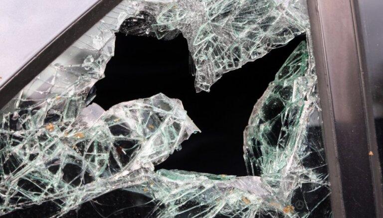 Plakanciemā apgāžas auto un vadītājs iet bojā