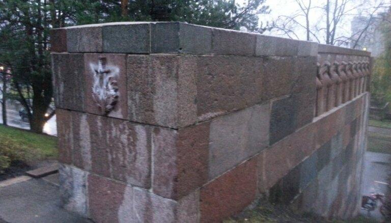 Vandaļi apķēpājuši piemiņas vietu Sudrabkalniņā; policija sāk lietu